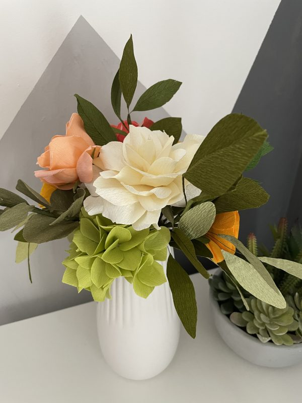 Crepe paper flower arrangement with roses, ranunculus and hydrangea - IMG 1244