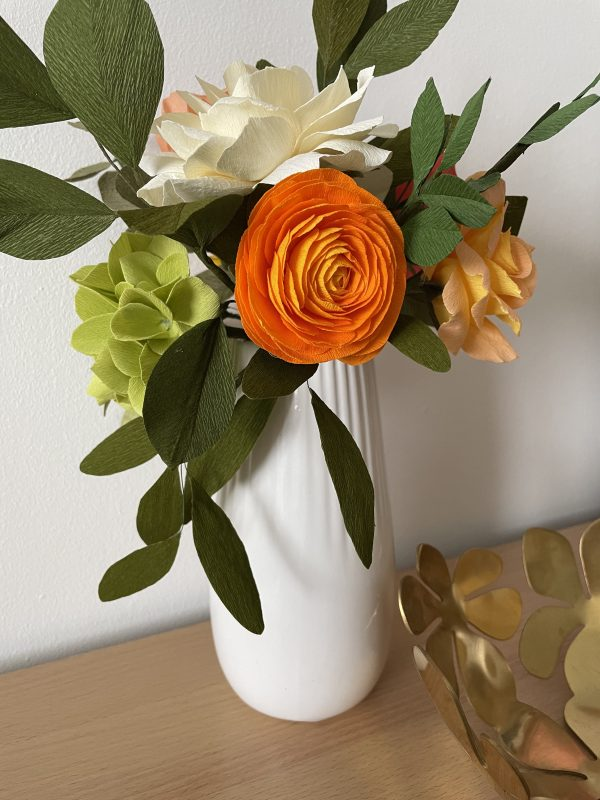 Crepe paper flower arrangement with roses, ranunculus and hydrangea - IMG 1246