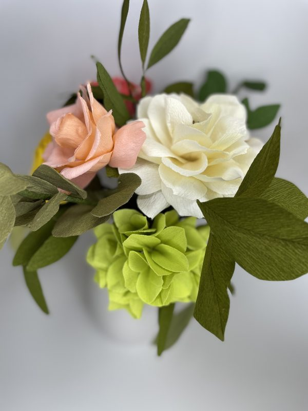 Crepe paper flower arrangement with roses, ranunculus and hydrangea - IMG 1257